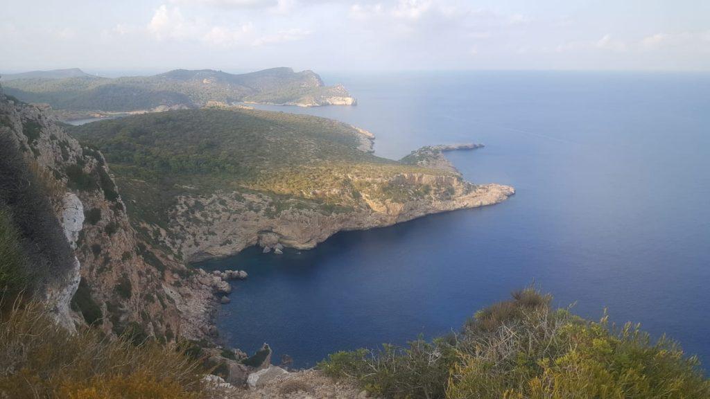 La abrupta costa de Cabrera